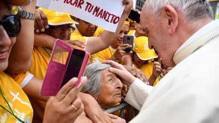 Papa Francisco rompió protocolo para saludar a anciana invidente
