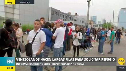 Venezolanos hacen largas colas para solicitar refugio y permiso temporal de permanencia