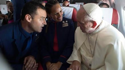 El papa Francisco explicó por qué decidió casar a una pareja durante su vuelo por Chile