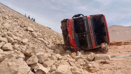 Despiste y vuelco de bus dejó tres muertos y más de 20 heridos en Moquegua