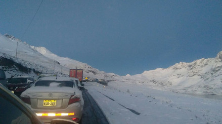Pasajeros amanecieron varados por fuerte nevada en la Carretera Central