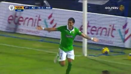 El 'Loco' Abreu anotó un golazo de cabeza y dejó parado a Leao Butrón