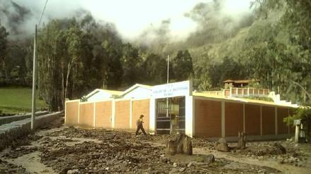 Padres de familia exigen trabajos de limpieza en centro educativo que quedo enlodado en Ancash