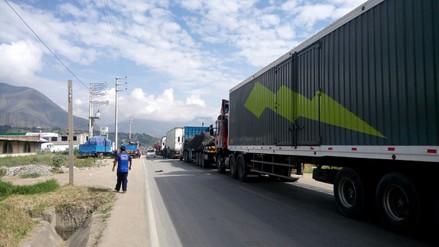 Transportistas y pasajeros continúan varados en Carretera Central por paro de agricultores de papa