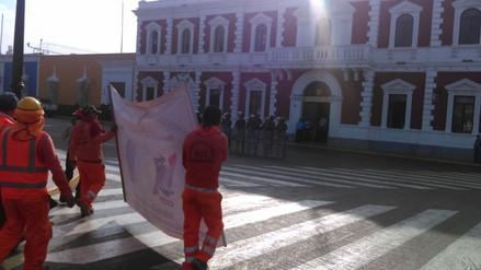 Obreros impagos de Municipalidad de Trujillo realizan plantón