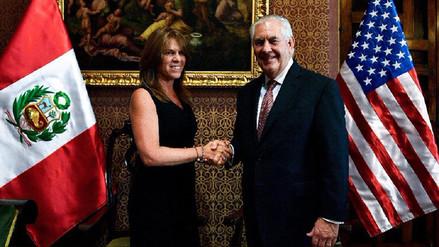 Rex Tillerson llegó al Perú y fue recibido por la canciller Aljovín