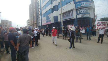 Trabajadores de Leonardo Ortiz protestan en negocio de alcalde por falta de pagos