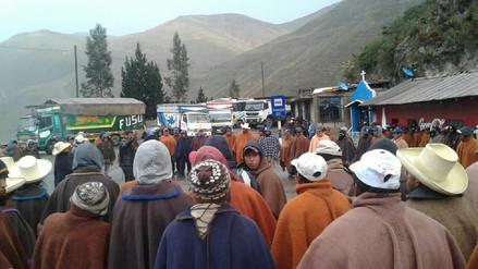 Agricultores de papa también bloquean la carretera en la sierra