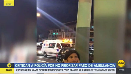 Denuncian que un policía de tránsito detuvo a una ambulancia para dar pase a una comitiva oficial
