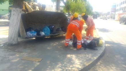 Trabajadores de obras públicas apoyan con el recojo de basura en Trujillo