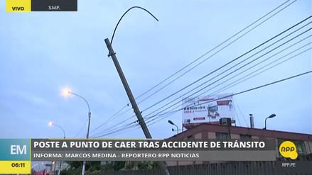 Un poste a punto de caer tras violento accidente frente a la UNI