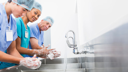 El correcto lavado de manos reduce las infecciones post operatorias
