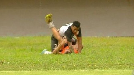 Futbolista en Brasil masacró a golpes a recogebolas en pleno partido