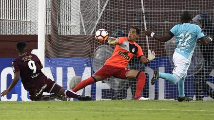 Mira el error del árbitro al cobrar penal a favor de Lanús contra Cristal