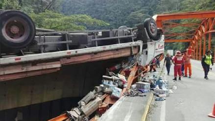 Chanchamayo: chofer y copiloto se salvan de caer a un abismo tras despiste