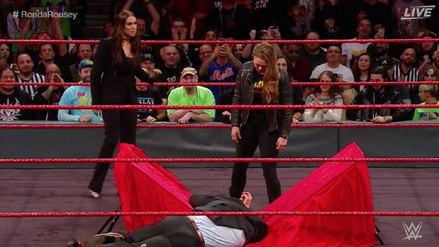 Ronda Rousey tiró a Triple H sobre una mesa en su firma de contrato con WWE