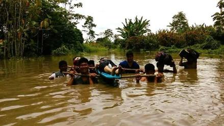 Trasladan a mujer embarazada en hombros por colapso de río en Satipo