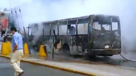 Bus de trasporte se incendió cuando trasladaba a pasajeros en Arequipa