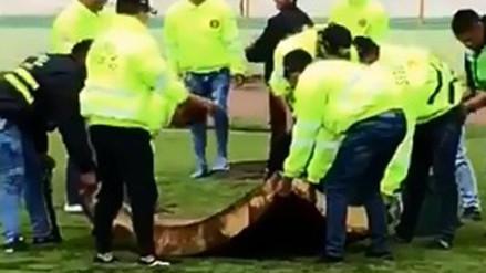 Campo del Estadio de Huanta estaba inundado y trataron de secarlo con colchones