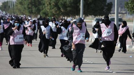 Las mujeres saudíes corren su primera carrera, pero en túnica y velo integral