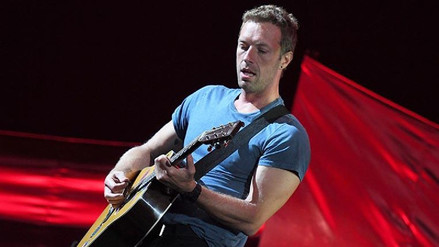Chris Martin enseña a su hija un tema de The Beatles en guitarra