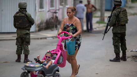 Militares toman el control de favelas de Río de Janeiro para combatir la violencia