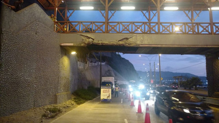 Un camión dañó un puente peatonal en Barranco y se dio a la fuga