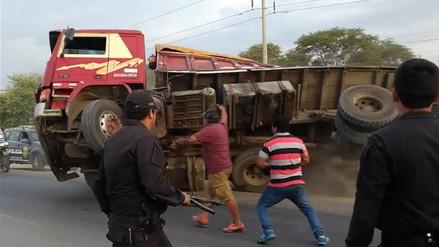 Camión se volcó al escapar de un operativo policial en Sullana
