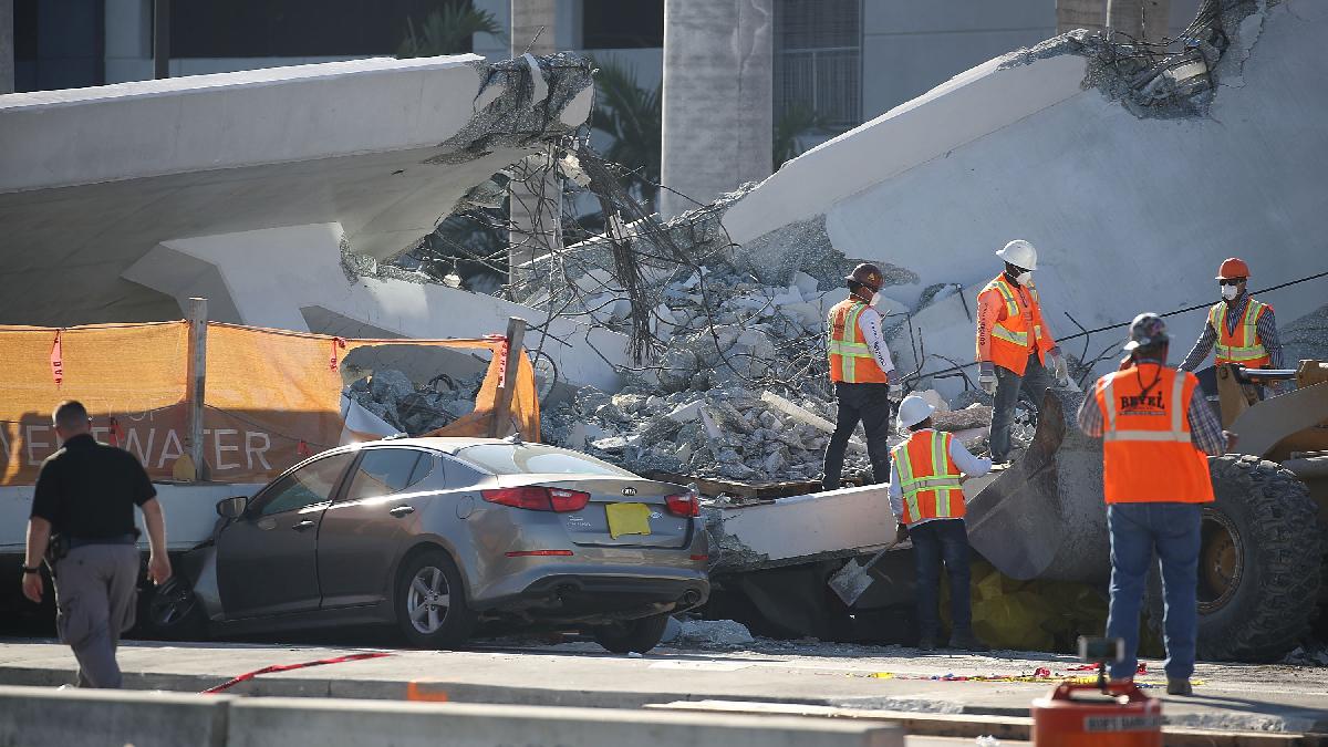 Seis muertos por derrumbe de un puente peatonal en Miami