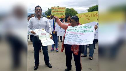 Padre de familia protestó frente al Poder Judicial por tenencia de su hijo