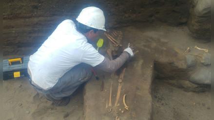 Hallan tumbas y vasijas preincas en Huanchaco