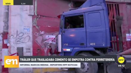 Un tráiler se estrelló contra una ferretería en San Juan de Miraflores