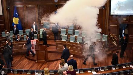 Detuvieron a 5 diputados ultranacionalistas en Kosovo por tirar gas en Parlamento