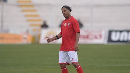 Ronaldinho se puso la camiseta de Cienciano la última vez que vino al Perú