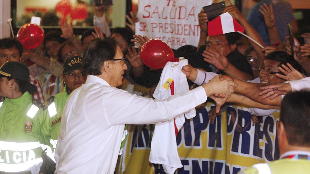 Una torta y una camiseta de la Selección: los regalos que recibió Vizcarra en su retorno al Perú