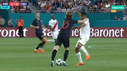 Video | Yoshimar Yotún fue expulsado por este cruce con Luka Modric