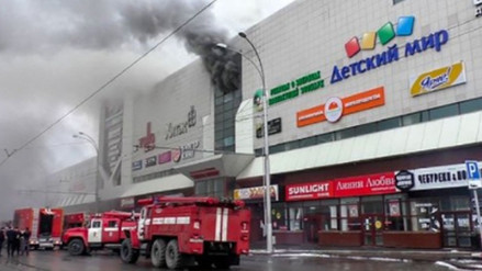 Aumentó a 48 la cifra de muertos tras el incendio en centro comercial de Siberia