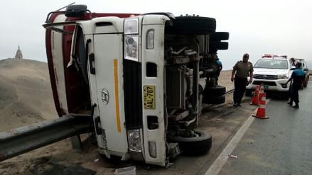 Camión se volcó en serpentín de Pasamayo y tres personas quedaron heridas