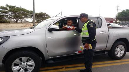 Policía de Carreteras entrega volantes con recomendaciones para evitar accidentes