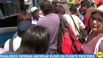 Pasajeros esperan abordar buses en medio de caos a la altura del puente Próceres