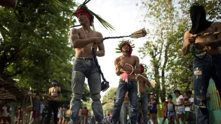Penitencias de sangre en las crucifixiones del Viernes Santo en Filipinas