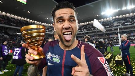 Fotos | Dani Alves se convierte en el futbolista con más títulos en la historia