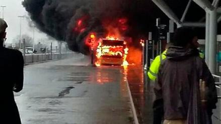 El aeropuerto Stansted de Londres canceló todos sus vuelos por el incendio de un bus