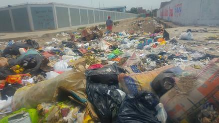 Escolares reciben clases rodeados de toneladas de basura en Chiclayo