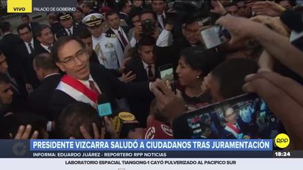 Martín Vizcarra rompió el protocolo y saludó al público fuera de Palacio de Gobierno