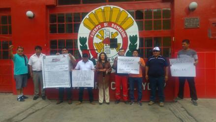 Con plantón bomberos asalariados exigen aumento de sus sueldos