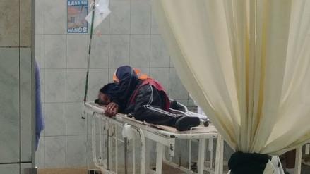 Denuncian que pacientes duermen sobre camillas sin colchón en el Hospital Carrión