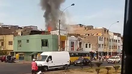 Reportan un incendio en una casa en La Victoria