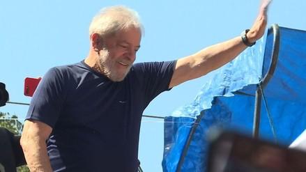 Lula da un discurso ante sus simpatizantes desde sede de sindicato en Brasil