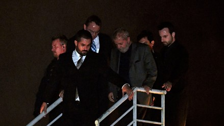 """""""Tira esa basura por la ventana"""": polémica por un audio grabado durante el traslado de Lula a prisión"""